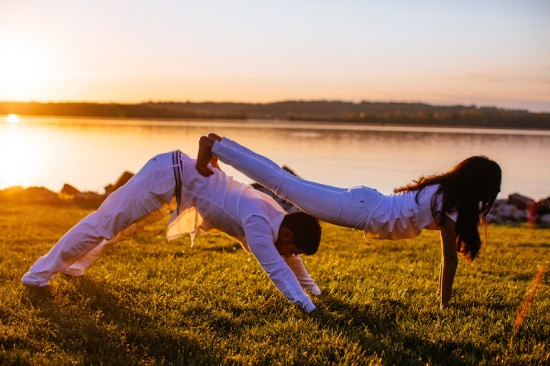 sunrise-yoga-wedding-engagement-session-in-virginia-nat-wongsaroj-photography-couples-yoga-pose-550x366